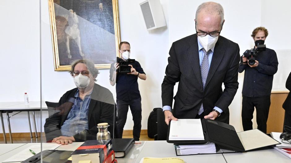 Peter Kolba vom österreichischen Verbraucherschutzverein (links) und Klägeranwalt Alexander Klauser vor Prozessbeginn.