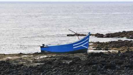Ein leeres Boot an einem Strand in Spanien (Symbolbild).