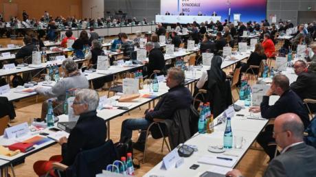 Teilnehmer der Synodalversammlung der katholischen Kirche in Frankfurt am Main.