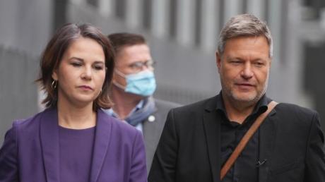 Grünen-Doppelspitze Annalena Baerbock und Robert Habeck einenTag nach derBundestagswahl. Ihre Partei erörtert nun den weiteren Kurs in den Beratungen über eine Regierungsbildung.