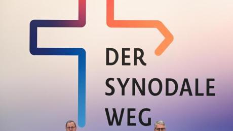 Thomas Sternberg (r), Präsident des Zentralkomitees der deutschen Katholiken, und Georg Bätzing, Vorsitzender der Deutschen Bischofskonferenz, bei der Zweiten Synodalversammlung der katholischen Kirche.