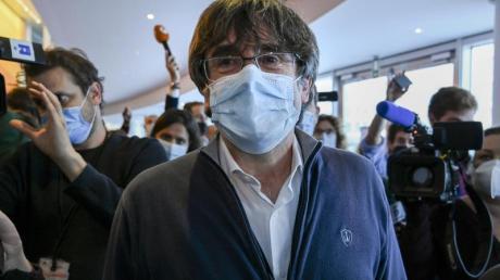 Carles Puigdemont (M), katalanischer Separatistenführer und Europaabgeordneter, trifft zu einer Ausschusssitzung im Europäischen Parlament ein.