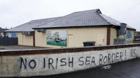 An einer Mauer im nordirischen Londonderry steht «No Irish Sea Border». Vielen Menschen in Nordirland sind die nach dem Brexit fälligen Kontrollen an der Seegrenze ein Dorn im Auge.