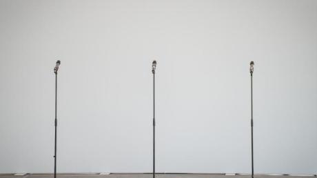 Drei Mikrofone im Berliner Tagungsort der Sondierungsgespräche.
