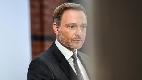 Christian Lindner, Fraktionsvorsitzender und Parteivorsitzender der FDP, gibt nach einer gemeinsamen Sitzung des FDP-Bundesvorstand und der neugewählten Bundestagsfraktion zur Aufnahme von Koalitionsverhandlungen mit SPD und Grünen ein Statement ab.