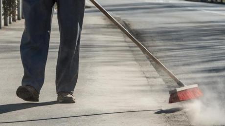 Laut einer Volksweisheit würden Single-Frauen in Spanien für immer allein bleiben, wenn ein Besen vor ihre Füße gerät. Foto: Armin Weigel