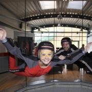 Beim Bodyflying erlebt man den Fallschirmsprung quasi ohne Sprung aus dem Flugzeug: Man fliegt in einem Windkanal. Foto: jochen-schweizer.de/Frank Täsler