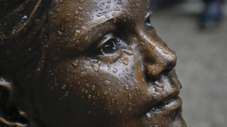Die Bronze-Statue «Fearless Girl» («Furchtloses Mädchen») soll womöglich noch bis nach dem Frauentag 2018 an ihrem Platz an der New Yorker Wall Street bleiben.