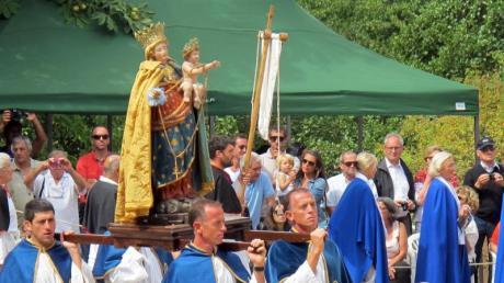 Prozession mit Marienstatue: Die Jungfrau Maria ist Schutzpatronin Korsikas. Foto: Sabine Glaubitz/dpa-tmn