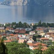 Für einen Urlaub in Italien wie hier am Gardasee, müssen Touristen im kommenden Sommer tiefer in die Tasche greifen. Die Reiseveranstalter haben die Preise angehoben. Foto: Andrea Warnecke/dpa-tmn