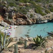 Spanien - hier die Caló des Moro bei Santanyí auf Mallorca - wird auch im Sommer 2018 wieder viele deutsche Urlauber anlocken. Foto: Stephanie Schuster