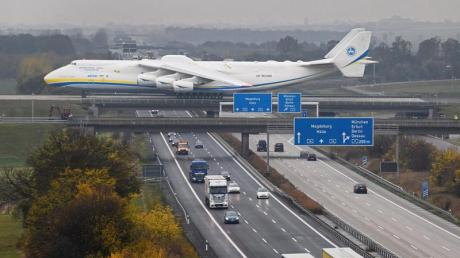 ImTiefflug über die Autobahn: Der Flughafen Leipzig/Halle liegt für Autofahrer ideal.