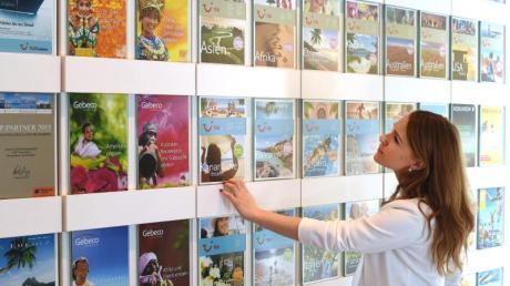 Kataloge über Kataloge:Deutsche Urlauber lassen sich - anders als etwa die Reisenden in Skandinavien - weiterhin mit Vorliebe imReisebüro inspirieren. Foto: Jens Kalaene