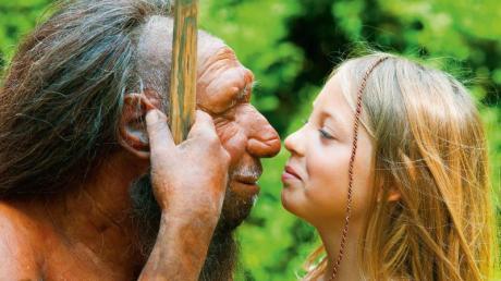 Begegnung mit der eigenenGeschichte: Neandertaler-Figur und junge Besucherin imNeanderthal Museum in Mettmann.