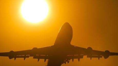 Auf Vergleichsportalen sind Flüge oft deutlich teurer als bei Buchung bei der Fluggesellschaft selbst. Das hat die Stiftung Warentest herausgefunden.