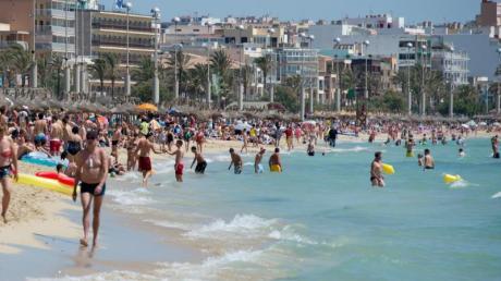 Mallorca wartet momentan mit angenehmen Badetemperaturen auf. Mit 25 Grad steht dem Badespaß nichts im Weg. Foto: Julian Stratenschulte/Archiv
