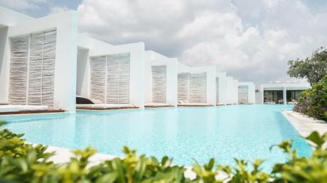 Weiße Bauhaus-Bungalows, scheinbar endlose Pools: das Konzepthotel Casa Cook auf Rhodos. Foto: Philipp Laage