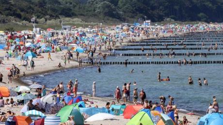 Die Ostsee lockt mit Wassertemperaturen von bis zu 22 Grad. Foto: Bernd Wüstneck