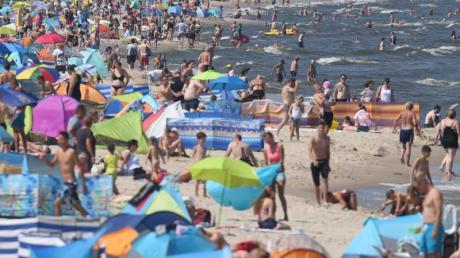 Wassertemperaturen um die 23 Grad locken zahlreiche Badegäste an die Strände der Ostseeinsel Usedom. Foto: Stefan Sauer
