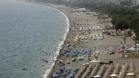 In Antalya kann man momentan noch baden. Die Wassertemperaturen liegen bei 26 Grad. Foto: Jochen Lübke