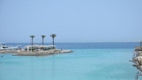 Blick über das Meer und den Strand in Hurghada, Ägypten. Hier laden die Wassertemperaturen weiterhin zum Schwimmen ein. Foto: Aly Fahim
