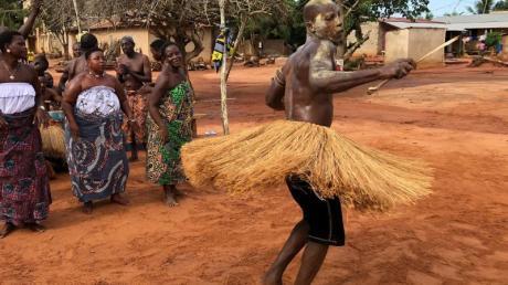 Voodoo-Zeremonie in Sanguéra:Ein Priester tanzt in seinem geweihten Strohrock rastlos umher.
