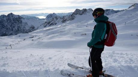 Auch in deutschen Skigebieten liegt genügend Schnee auf den Pisten. In Garmisch-Partenkirchen sind es derzeit etwa 45 Zentimeter.
