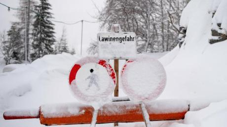 In Bayern wurden zahlreiche Lifte und Pisten wegen zu großer Schneemassen gesperrt. Foto: Lino Mirgeler/dpa