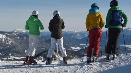 Skifahrer vor dem Bergpanorama in Garmisch-Partenkirchen.