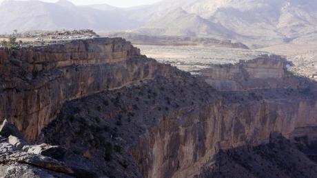 Wild ist die Landschaft im Oman - das Attribut wird gerne verwendet, um für Reisen in aufregende Länder zu werben.
