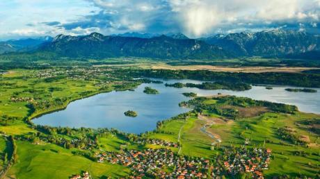 Im Blauen Land und im Naturpark Ammergauer Alpen können Übernachtungsgäste bald kostenlos Bus und Bahn fahren.