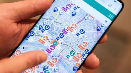 Das Konzept: Die Apps der Verkehrsbetriebe verknüpfen sich im Hintergrund. Dann kann etwa ein Frankfurter in seiner RMV-App ein Ticket für einen Bus in Karlsruhe kaufen oder sich eine Verbindung in Stuttgart anzeigen lassen. Foto: Arne Dedert
