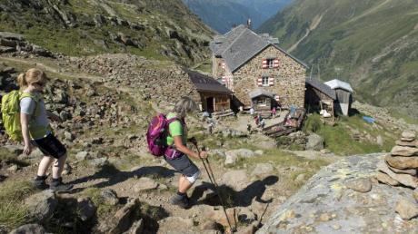 Auch wer mehrere Tage unterwegs ist um Alpenhütten wie hier die Nürnberger Hütte im Stubaital zu besuchen, sollte den Rucksack nicht zu voll packen.