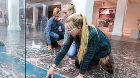 Besucherinnen im Hafenmuseum Speicher XI - dort gibt es alle Infos zum Hafenquartier und seiner Entstehung. Foto: Daniela Buchholz