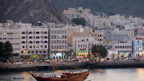 Traditionelle Boote im Hafen von Muscat: Der Oman zählt zu den neuen Pauschalreisezielen im Winter bei Thomas Cook. Foto: Andrea Warnecke