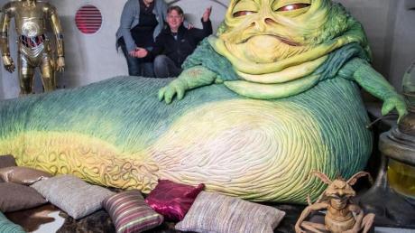 """Kirstin und Marc Langrock neben der Nachbildung der Kinofigur """"Jabba"""" in einer der 29 nachgebildeten Set-Szenen aus unterschiedlichen Filmen der Star Wars Serie. Foto: Jens Büttner"""