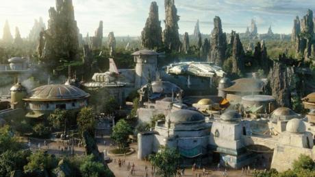 In einer weit, weit entfernten Galaxis: In Disneylands neuer Themenwelt «Star Wars:Galaxy's Edge» sollen sich Besucher als Teil der Weltraumsaga fühlen. Foto: Disney Parks/dpa-tmn