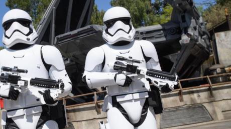 Die dunkle Seite der Macht: Den finsteren Sturmtruppen können Besucher in «Star Wars: Galaxy'S Edge» ebenfalls begegnen. Foto: Richard Harbaugh/Disney Parks/dpa-tmn