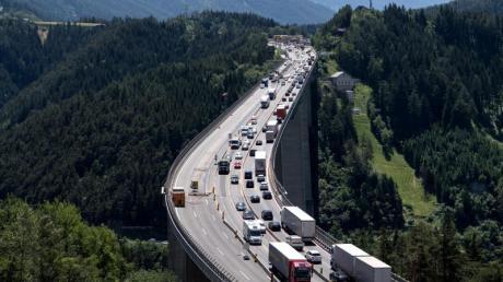 Die Tiroler Landesregierung will den Transitverkehr auf die Autobahnen lenken - wie hier auf die Europabrücke am Brenner. Foto: Sven Hoppe/dpa