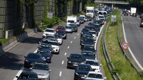 Ferienzeit ist Stau-Zeit. Am kommenden Wochenden kommt es auf vielen Autobahnen in Deutschland, Österreich und er Schweiz zu Verkehrsstörungen.
