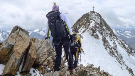 Bergsteiger auf dem Weg zumGipfel der Wildspitze - den prominenten Ötztaler Berg können E5-Wanderer jetzt mit Pitztaler Bergführern besteigen. Foto: Roman Tyulyakov/TVB Pitztal