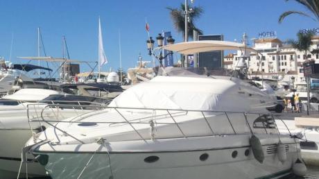 Luxusjachten liegen im Hafen von Puerto Banus. Marbella ist nach wie vor ein beliebter Ort für Prominente und Reiche.