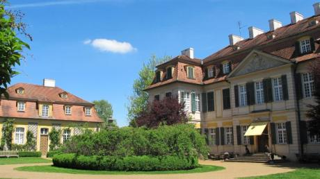 Das barocke Schlossgebäude bildet vor dem blauen Himmel und dem gepflegten Grün einen schönen Kontrast.