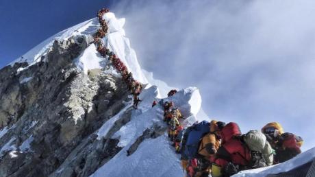 Eine lange Schlange von Bergsteigern steht am Mount Everest.