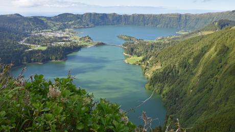 Die blaue und die grüne Lagune am Vulkan Sete Cidades zählen zu den Naturwundern Portugals. Sie sind nur durch eine Brücke voneinander getrennt.