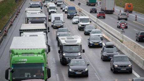 Vor allem im Süden Deutschlands könnte es noch zu Staus auf den Autobahnen kommen. Insgesamt sind aber deutlich weniger Urlauber auf den Fernstraßen unterwegs.