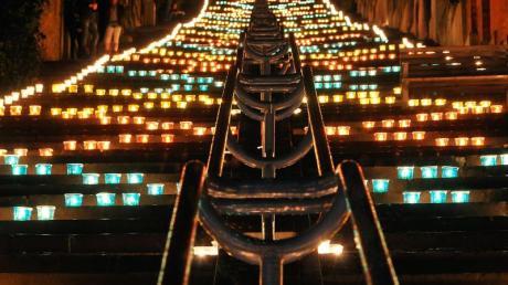 Unzählige Kerzen tauchen am 5. Oktober während des Lichterfestes die Hügelhänge der Zitadelle von Lüttich in ein festliches Licht. Foto:Marc Verpoorten/OT Liège