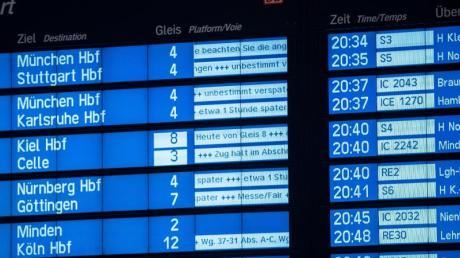 Stürmischer Wind hat am Dienstag (17.09.) den Bahnverkehr in Norddeutschland gestört. Betroffene Fahrgäste können sich ihre Tickets kostenlos erstatten lassen. Foto: Peter Steffen/dpa/dpa-tmn