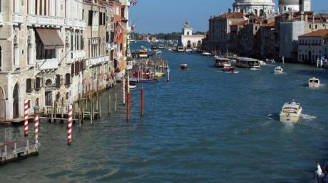 Im Kanal in Venedig sollten Touristen nicht nackt baden. Ansonsten wird es sehr teuer. Foto: Jens Kalaene/dpa