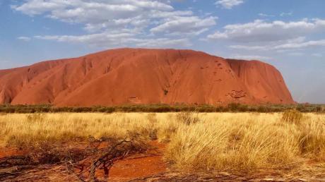 Australiens «Heiliger Berg», der Uluru (Ayers Rock). Der Berg darf vom 26. Oktober 2019 an nicht mehr von Touristen bestiegen werden. Foto: Christoph Sator/dpa